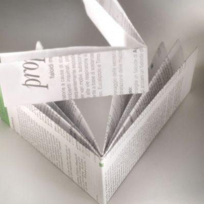 Foglietti illustrativi piegati e stampati