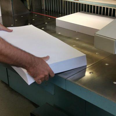 Taglio del foglio bianco per la stampa